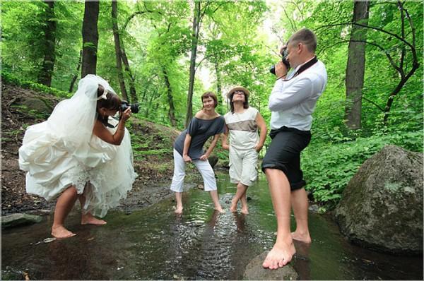 smesni mladenci u ulozi fotografa