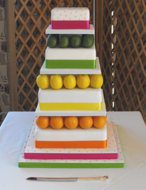 voćna mladenačka torta u duginim bojama
