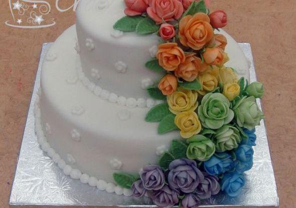 mladenačka torta sa ružama u duginim bojama
