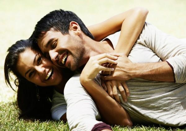 mladi par u zagrljaju