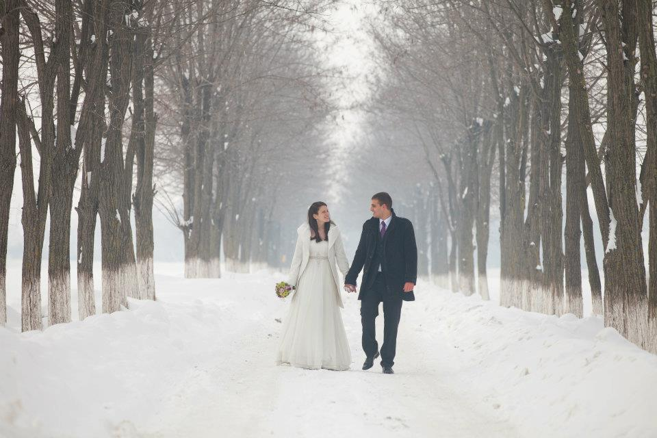 mladenci u snežnoj idili