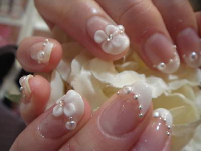glamourozni nail art sa veštačkim dijamantom i belim cvetićem