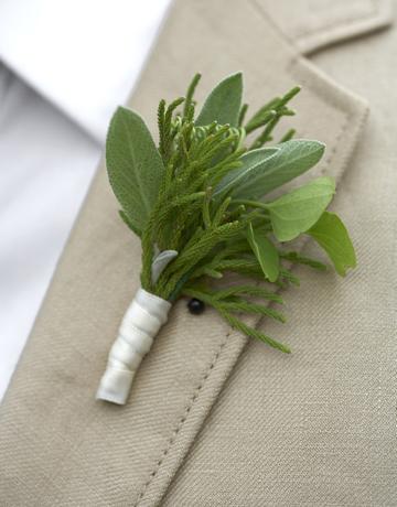 cvetić za mladoženju na letnjem venčanju