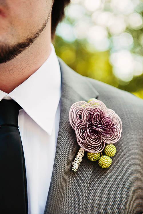 cvetić za mladoženju na prolećnom venčanju