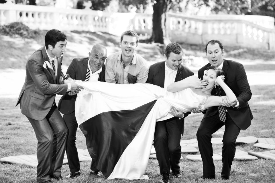 vesela fotografija sa venčanja