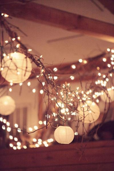 dekoracija lampionima u kombinaciji sa novogodišnjim svećicama