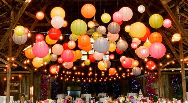 dekoracija venčanja lampionima u boji