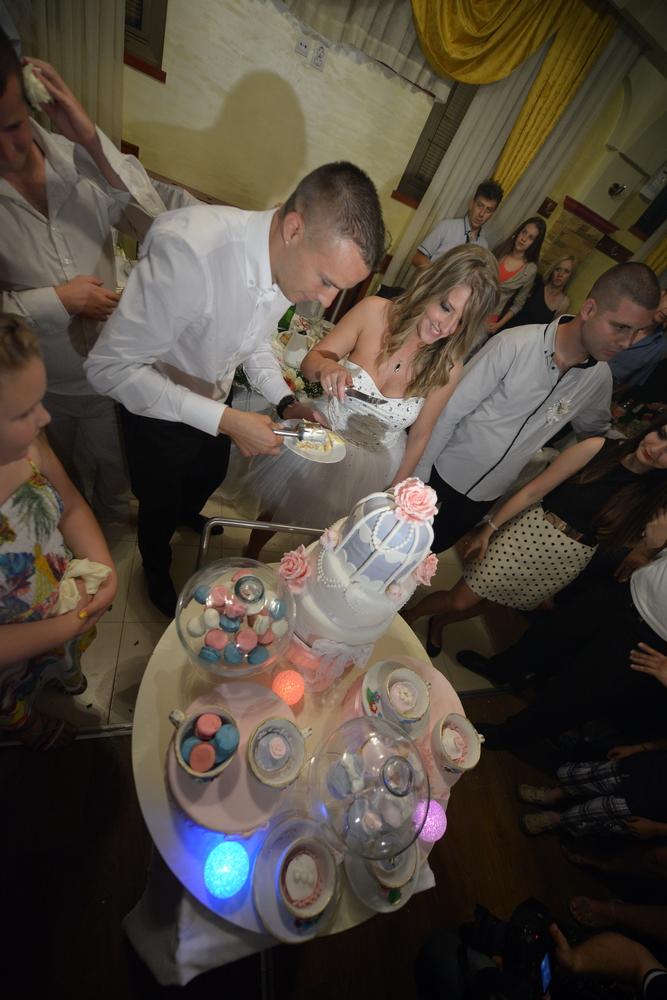 mladenci i mladenacka torta