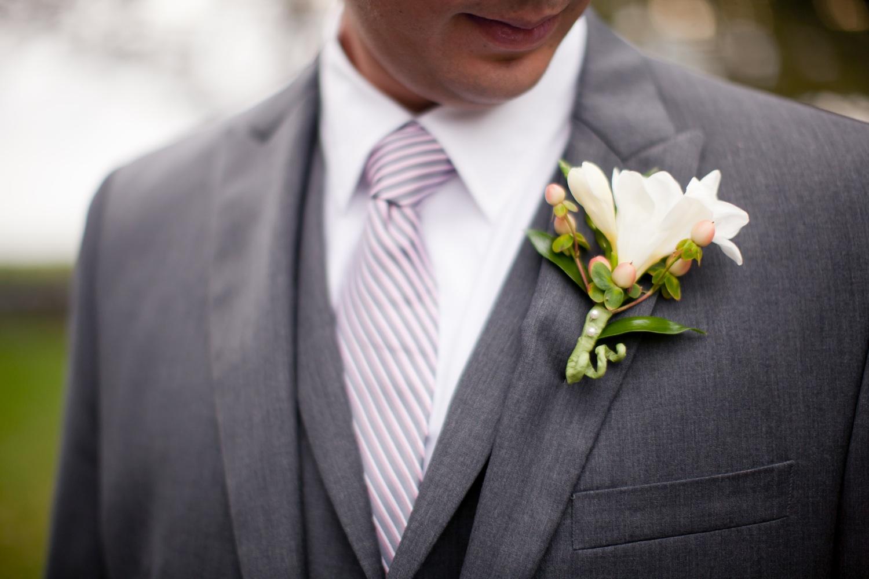 sivo odelo i dezeneirana kravata