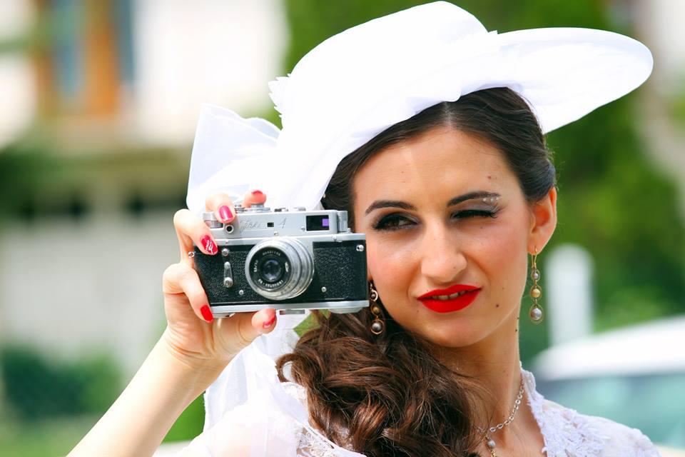 mlada sa fotoaparatom