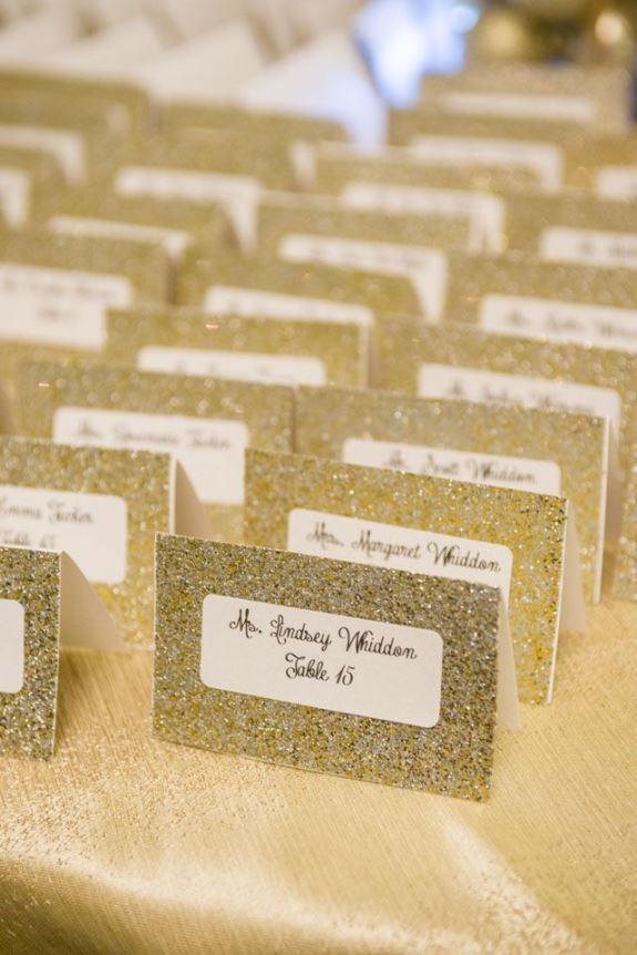 zlatne kartice sa imenima gostiju