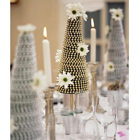 dekoracija stola zlatnim i srebrnim jelkicama