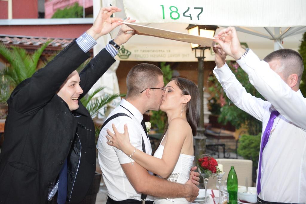 srećni mladenci na venčanju
