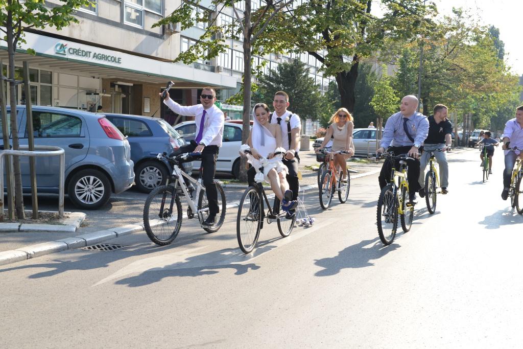 mladenci i kumovi na biciklu