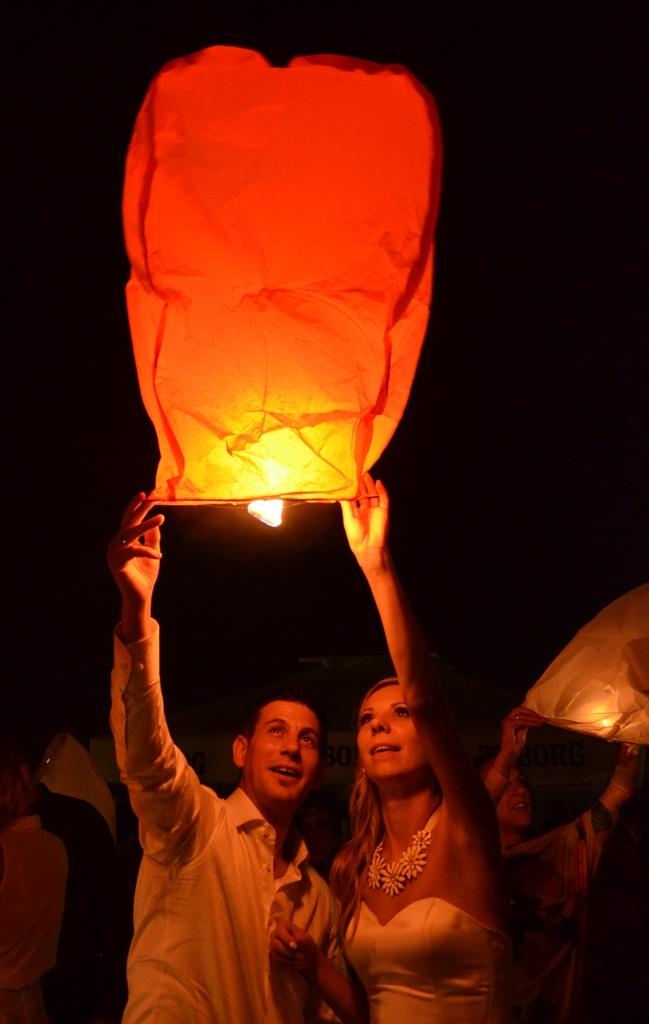 mladenci-pustaju-lanternu